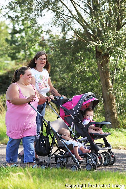 zomerbeeld voor editie kempen-Wandelen langs de dijk in Herentals-Schmitz Regina en Manolito Schmitz, Melis Leonie en Lana Van Seer