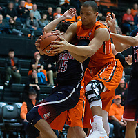 Arizona's Keanu Pinder, left) and Oregon State's Ben Kone, right, fight for a rebound during the second  half of an NCAA college basketball game in Corvallis, Ore., Thursday, Feb. 2, 2017. Arizona won 71-54. (AP Photo/Timothy J. Gonzalez)