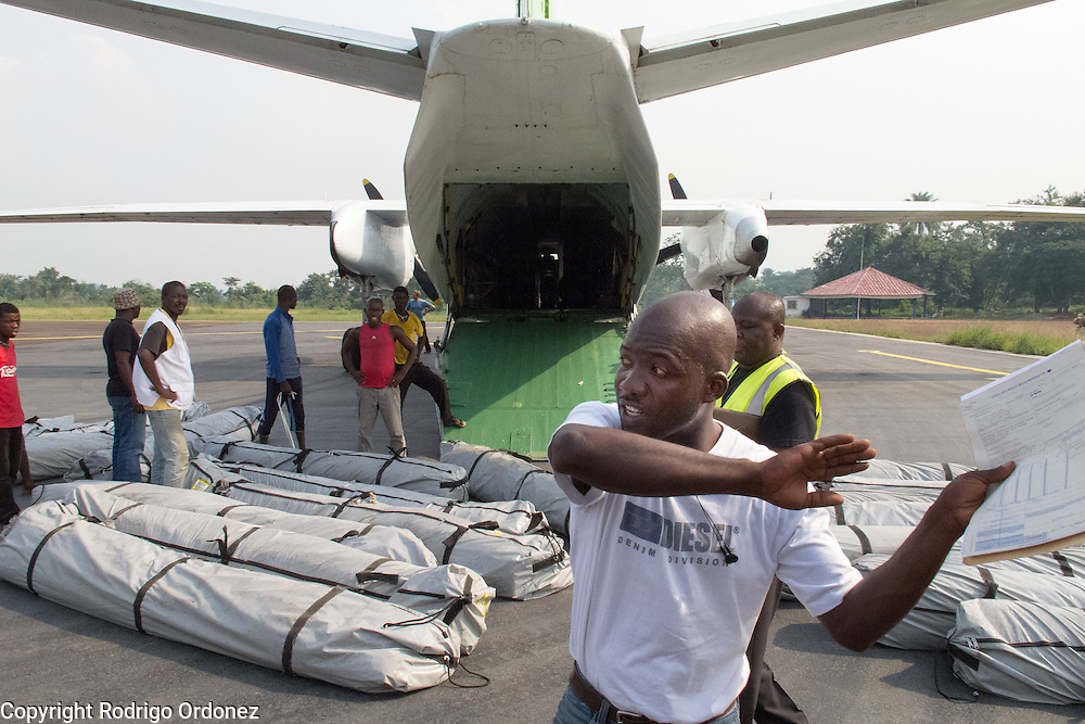 Temporary workers hired by Save the Children unload tents from a cargo plane in Man, western C&ocirc;te d'Ivoire. <br /> Save the Children chartered a flight with tents that will be used to set up temporary classrooms and monitored playgrounds for children displaced by conflict in western C&ocirc;te d'Ivoire, so they can continue their education and regain a sense of normalcy.