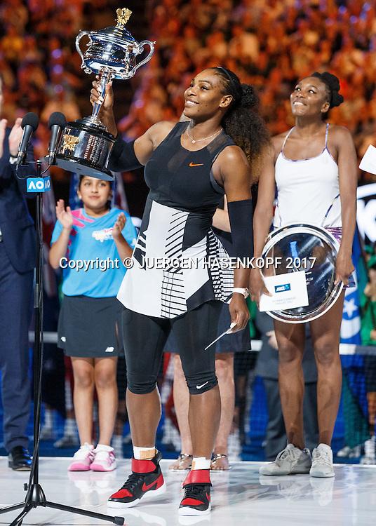 SERENA WILLIAMS (USA) mit dem Pokal, Siegerehrung, Schwester und Finalistin Venus steht im Hintergrund <br /> <br /> Australian Open 2017 -  Melbourne  Park - Melbourne - Victoria - Australia  - 28/01/2017.