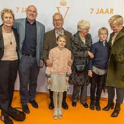 NLD/Katwijk/20171030 - 7 jaar Soldaat van Oranje - De Musical, Andre Kuipers met partner Helen Conijn en hun kinderen en ouders
