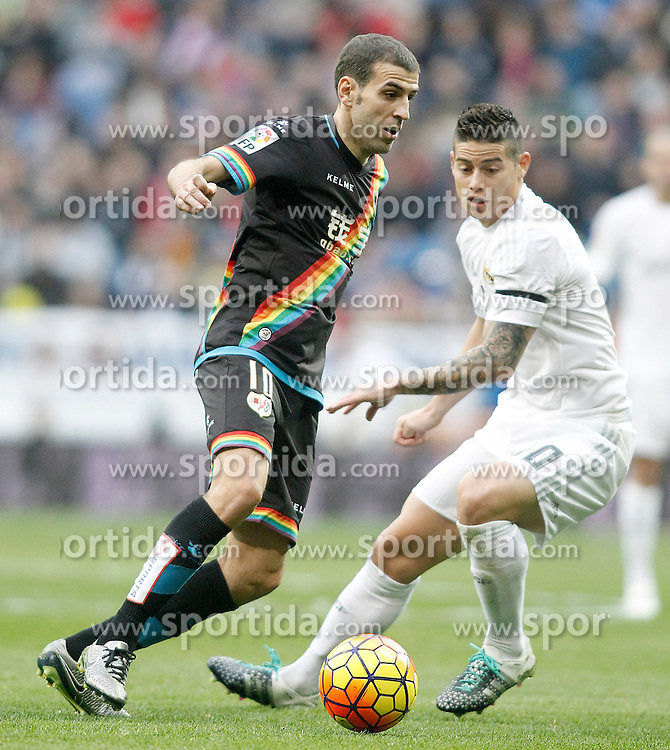 20.12.2015, Estadio Santiago Bernabeu, Madrid, ESP, Primera Division, Real Madrid vs Rayo Vallecano, 16. Runde, im Bild Real Madrid's James Rodriguez (l) and Rayo Vallecano's Roberto Trashorras // during the Spanish Primera Division 16th round match between Real Madrid and Rayo Vallecano at the Estadio Santiago Bernabeu in Madrid, Spain on 2015/12/20. EXPA Pictures &copy; 2015, PhotoCredit: EXPA/ Alterphotos/ Acero<br /> <br /> *****ATTENTION - OUT of ESP, SUI*****