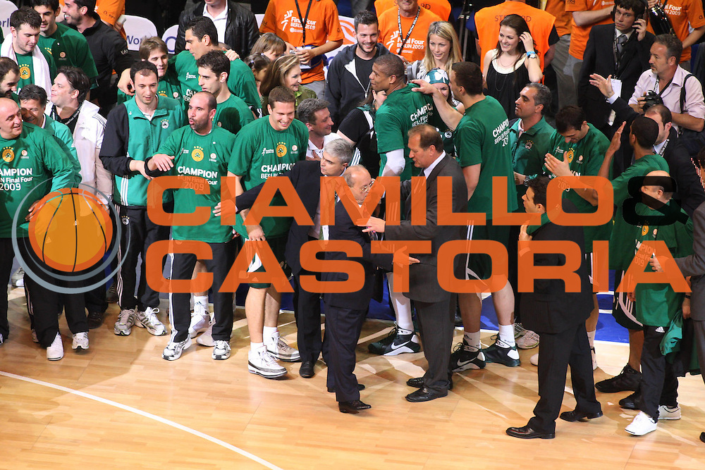 DESCRIZIONE : Berlino Eurolega 2008-09 Final Four Finale Panathinaikos Atene CSKA Mosca <br /> GIOCATORE : Team Panathinaikos Atene <br /> SQUADRA : Panathinaikos Atene<br /> EVENTO : Eurolega 2008-2009 <br /> GARA : Panathinaikos Atene CSKA Mosca <br /> DATA : 03/05/2009 <br /> CATEGORIA : Esultanza <br /> SPORT : Pallacanestro <br /> AUTORE : Agenzia Ciamillo-Castoria/G.Ciamillo