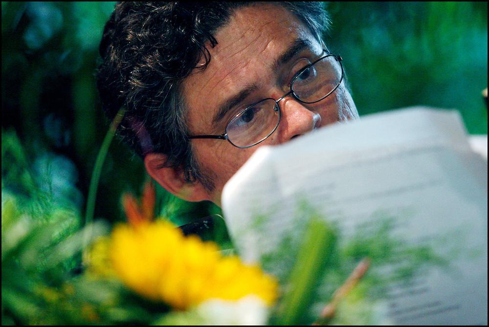 RAUL AGUIAR / NARRADOR Y ESCRITOR CUBANO <br /> Caracas - Venezuela 2008 <br /> (Copyright &copy; Aaron Sosa) <br /> <br /> Autor de obras como La hora fantasma de cada cual en el a&ntilde;o 1989 y Mata del 1994. Es miembro de la UNEAC y la Asociaci&oacute;n Hermanos Sa&iacute;z. Naci&oacute; en el a&ntilde;o 1962, en la Ciudad de La Habana, Cuba. Licenciado en Geograf&iacute;a por la Universidad de La Habana. Ha publicado La hora fantasma de cada cual (novela), Premio David 1989; Mata (noveleta), Premio Pinos Nuevos 1994; Daleth (cuento), Premio Luis Rogelio Nogueras 1993; Realidad virtual y cultura ciberpunk (Divulgaci&oacute;n cient&iacute;fica), Premio Abril 1994, y la novela La estrella bocarriba, Editorial Letras Cubanas. Tambi&eacute;n ha publicado cuentos en numerosas antolog&iacute;as de Cuba y el extranjero como Los &uacute;ltimos ser&aacute;n los primeros, Recurso extremo, Contactos, F&aacute;bula de &Aacute;ngeles, El &aacute;nfora del diablo, Anuario de la UNEAC 1994, El cuerpo inmortal (cuentos er&oacute;ticos cubanos), Toda esa gente solitaria (cuentos cubanos sobre el SIDA), Aire de Luz y otras, as&iacute; como en las revistas Muchacha, La Gaceta de Cuba, Letras Cubanas, Juventud T&eacute;cnica, Ex&eacute;gesis (Puerto Rico), Cami&oacute;n de ruta (Per&uacute;) y otras. Es miembro de la UNEAC y de la Asociaci&oacute;n Hermanos Sa&iacute;z. Lo que se destaca por encima de todo en la obra de Aguiar en su excelente estructura, la capacidad de descripci&oacute;n de situaciones y ambientes y la conformaci&oacute;n psicol&oacute;gica de sus personajes. El autor en una lengua llena de claves mitopo&eacute;ticas, establece una congruencia muy especial con la cultura ciberpunk. Su estilo es duro, de gran realismo, en ocasiones joyceano. Se trata de un mundo potenciado, hecho desde la perspectiva de dimensiones caracterizadas por su dualismo: el mito y lo cotidiano, lo virtual y lo real.