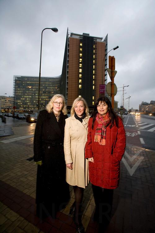 BRUSSELS - BELGIUM - 27 NOVEMBER 2007 -- SPECIAL BERLINGSKE NYHEDSMAGASIN -- Fra hoejre Laila KJELDSEN, Partner i Avisa, Anne Marie DAMGAARD, EU-chef Dansk Erhverv og Stina SOEWARTA, medlem af EU Kommissaer Andris PIEBALGS kabinet, er alle tre med i et netvaerk for danske kvinder i Bruxelles.  Photo: Erik Luntang