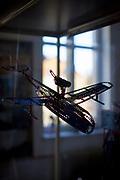 Vitrinen mit Ausstellungsstücken  welche mit Merkur  Metallbaukästen gebaut wurden im Ausstellungsbereich des Merkur Museums in Police nad Metuji.