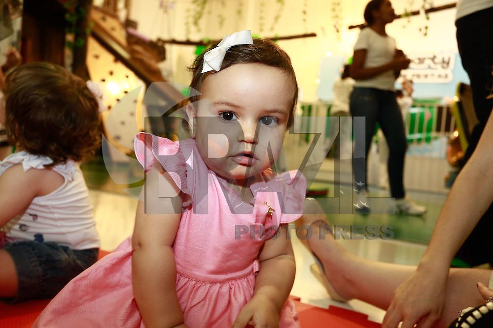 """ATENÇÃO EDITOR: FOTO EMBARGADA PARA VEÍCULOS INTERNACIONAIS. SAO PAULO, SP, 11 DE DEZEMBRO DE 2012. LANÇAMENTO DO BLOG MAMAE DE PRIMEIRA VIAGEM. a filha da cantora Mariana Belem, Laura, brinca durante o  lançamento do seu novo blog """"Mamãe de primeira viagem"""" da cantora Mariana Belem, que terá dicas sobre gestação e maternidade. A página Mamãe de Primeira Viagem terá informações sobre o dia a dia da família, depoimentos de outras mães, e da própria Mariana, vídeos, entrevistas e looks especiais para as crianças. O lancamento aconteceu na tarde desta terça feira nos Jardins. FOTO ADRIANA SPACA - BRAZIL PHOTO PRESS."""