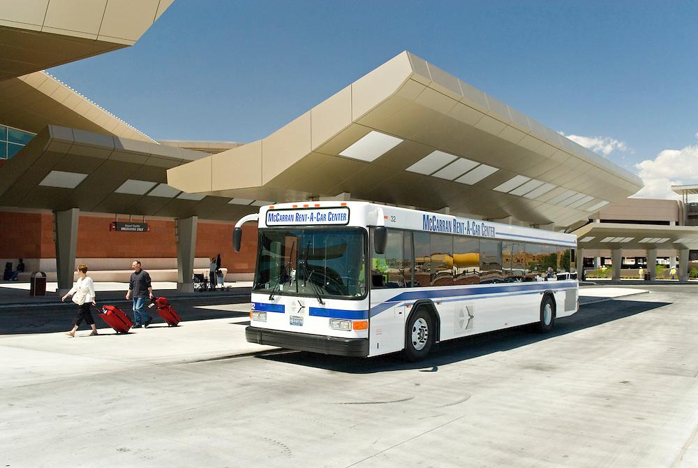 USA, Nevada, Las Vegas,  - Bus-Haltestelle am Flughafen  McCarran International Airport | USA, Nevada, Las Vegas,Bus stop in front of the McCarran International Airport|