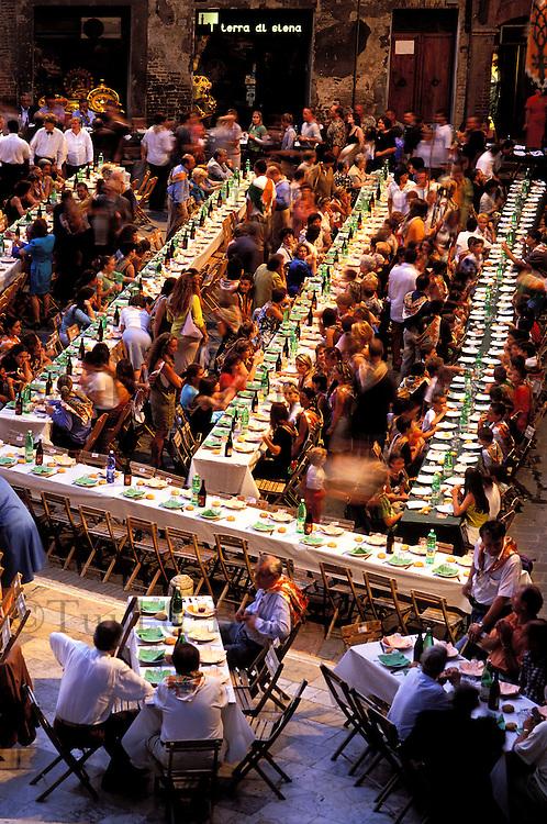 Italie - Toscane - Sienne - Banquet dans un des quartier de la ville pour le Palio. // Italy. Tuscany. Sienna. Palio festival.
