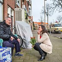 Nederland, Haarlem, 11 maart 2017.<br /> Marith Volp, 14e plaats op kandidatenlijst PvdA flyert met mede PvdA-ers in de slachthuisbuurt in Haarlem.<br /> Op de achtergrond de campagnebus van Marith.<br /> <br /> <br /> <br /> Foto: Jean-Pierre Jans