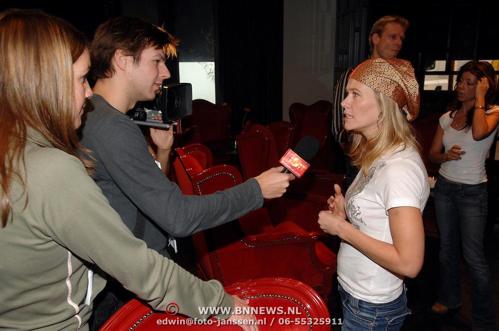 """NLD/Hilversum/20061213 - Persconferentie Avro's """"  Wie is de Mol """" 2006, deelnemer, actrice Liesbeth Kamerling word geinterviewd door SBS Shownieuws"""