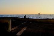 un hombre y un perro contemplan la puesta de sol sentados en la costanera de Antofagasta. Antofagasta, Chile. 09-11-2012 (Alvaro de la Fuente/Triple.cl)