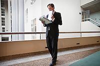 Nederland. Den Haag, 4 februari 2009.<br /> Voor aanvang loopt D66 fractievoorzitter Pechtold rond met zijn speech, wachtend op een live televisie-interview.<br /> Debat over Irak in de Tweede Kamer. De Tweede Kamer debatteert over het plan van premier Jan Peter Balkenende om een onderzoekscommissie in te stellen naar de besluitvorming rond Irak in 2003. Balkenende kondigde maandag aan dat hij de jurist Willibrord Davids heeft gevraagd deze commissie te leiden. <br /> Foto Martijn Beekman<br /> NIET VOOR PUBLIKATIE IN LANDELIJKE DAGBLADEN.