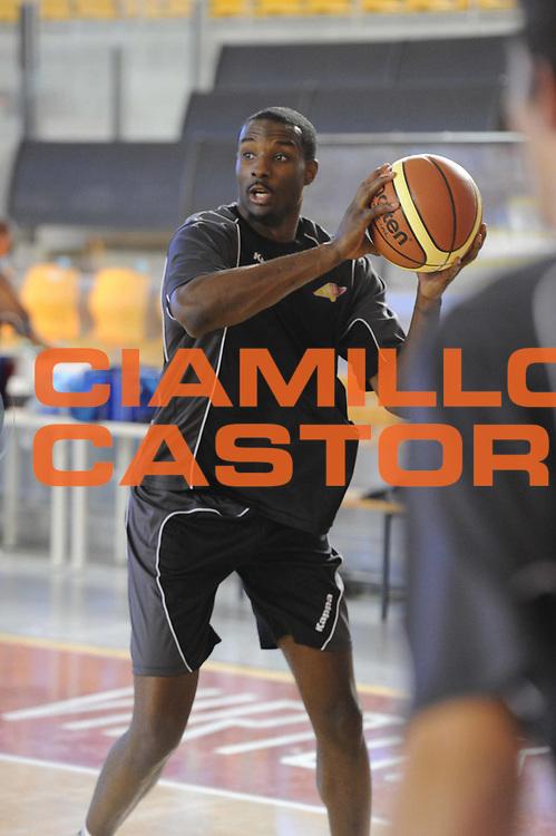 DESCRIZIONE : Roma Lega Basket A 2012-13  Allenamento Virtus Roma<br /> GIOCATORE : Lawal Oladimeji Gani<br /> CATEGORIA : equilibrio<br /> SQUADRA : Virtus Roma <br /> EVENTO : Campionato Lega A 2012-2013 <br /> GARA :  Allenamento Virtus Roma<br /> DATA : 28/08/2012<br /> SPORT : Pallacanestro  <br /> AUTORE : Agenzia Ciamillo-Castoria/GiulioCiamillo<br /> Galleria : Lega Basket A 2012-2013  <br /> Fotonotizia : Roma Lega Basket A 2012-13  Allenamento Virtus Roma<br /> Predefinita :