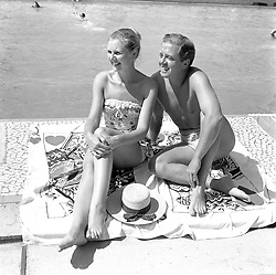 RICHARD ATTENBOROUGH and and his wife SHEILA The Monte Carlo Beach Club, Monaco in August 1958.