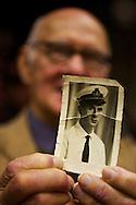 """Ennio Yovine (10 dicembre 1930).padre italiano di origine greca, madre di genova.28 anni su navi, 40 in america,una donna lo ha """"portato"""" ad Arthur Avenue.Mostra la sua foto quando si imbarco? in marina, circa.cinquant'anni prima"""