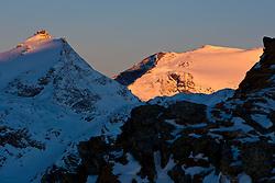 29.10.2010, Moelltalergletscher, Flattach, AUT, OeSV Alpin Herren, Slalom Qualifikationslaeufe, im Bild Sonnenaufgang am Sonnblick 3.111 m den umliegenden Gebirge, EXPA Pictures © 2010, PhotoCredit: EXPA/ J. Groder