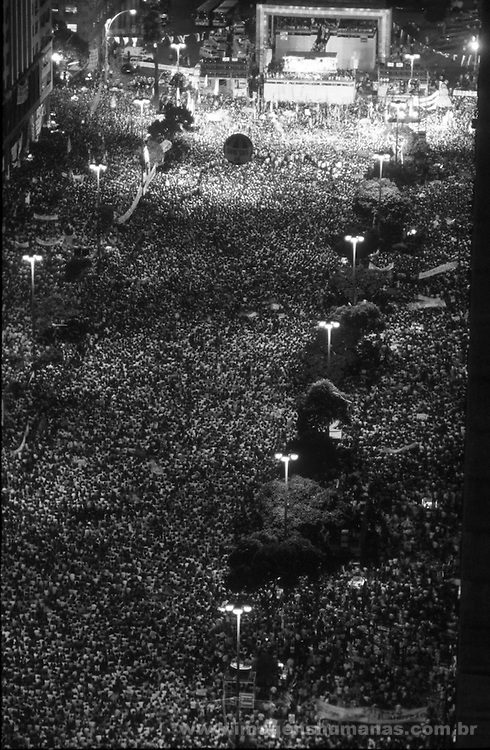 Multidão de pessoas no comício pelas Diretas Já - Rio de Janeiro - 10 de abril de 1984..Crowd of people in the assembly for the Direct ones Already - Rio de Janeiro - April 10, 1984.
