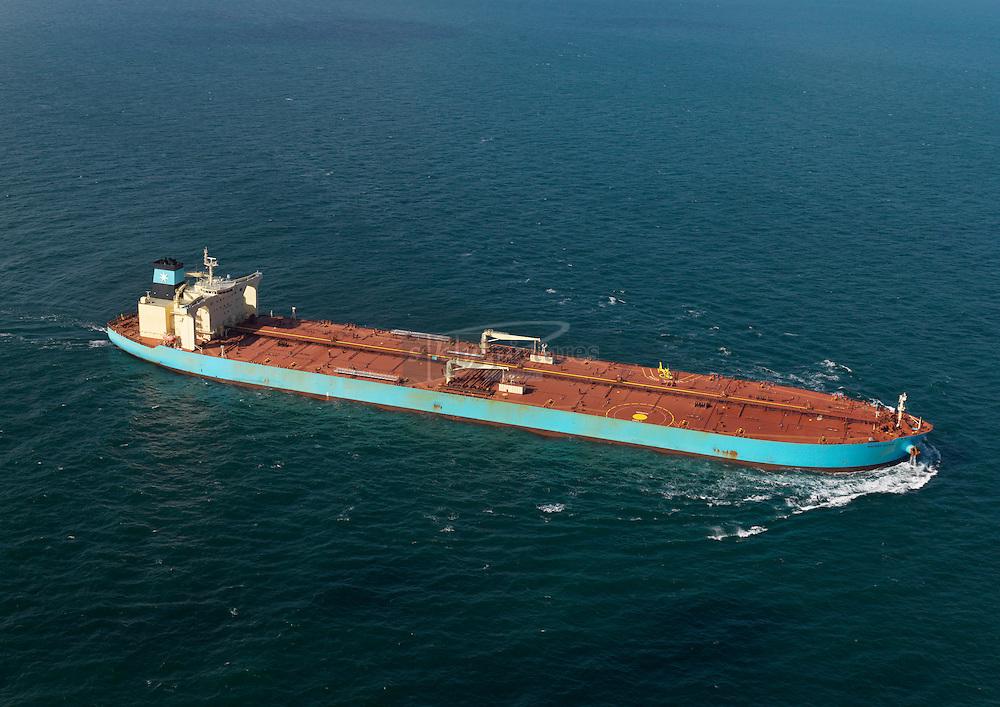 Helikopter OO-HVU maakt een deklanding op de tanker Maersk Sofia op het rendez vous punt op de Noordzee om een loods aan boord te brengen.