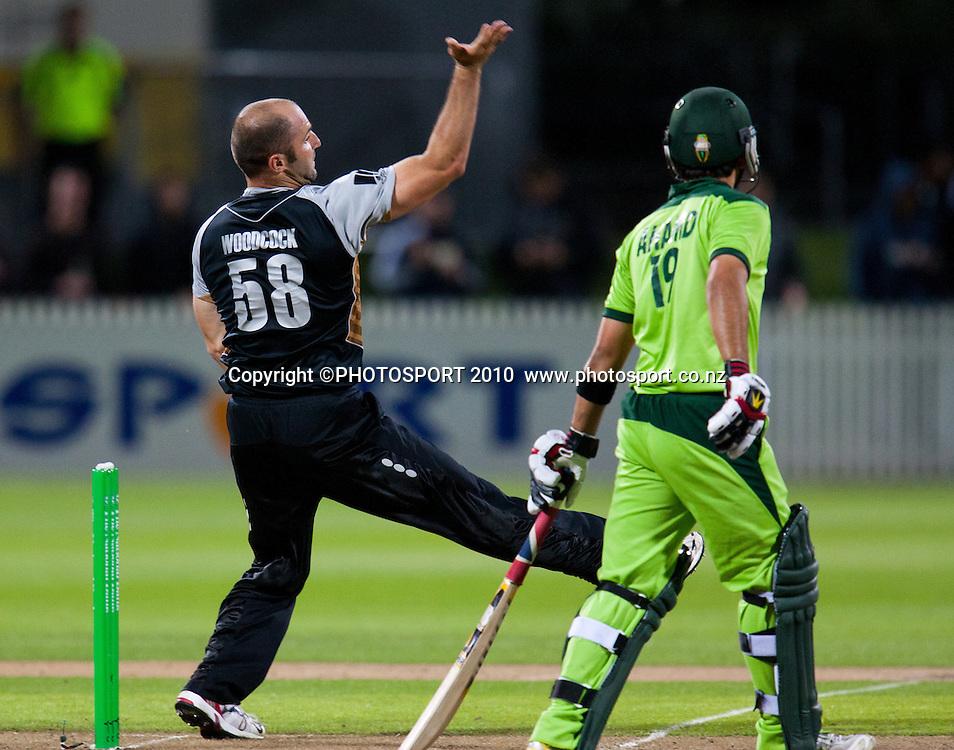 Luke Woodcock bowls during New Zealand Black Caps v Pakistan, Match 2, won by NZ by 39 runs. Twenty 20 Cricket match at Seddon Park, Hamilton, New Zealand. Tuesday 28 December 2010. . Photo: Stephen Barker/PHOTOSPORT