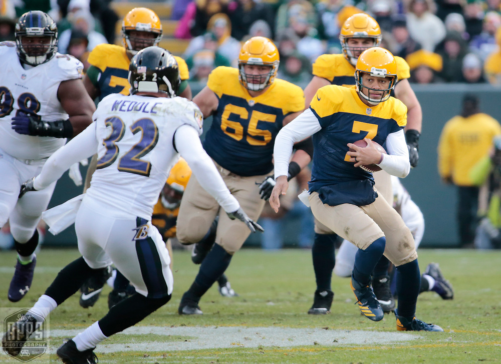 Green Bay Packers quarterback Brett Hundley (7) scrambles fo 12-yards in the 3rd quarter. <br /> The Green Bay Packers hosted the Baltimore Ravens at Lambeau Field Sunday, Nov. 19, 2017. The Packers lost 23-0. STEVE APPS FOR THE STATE JOURNAL.