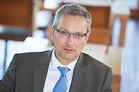 Österreich, Portrait eines Geschäftsmannes in Restaurant, Pause, Warten auf Geschäftspartner