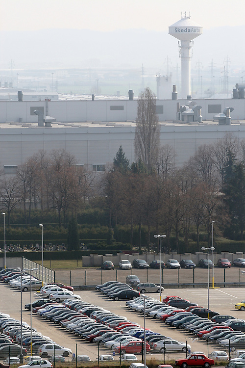"Mlada Boleslav/Tschechische Republik, Tschechien, CZE, 19.03.07: Das Skoda Werksgelände vom Dach des von Mitarbeitern sogenannten ""Pentagon"" - dem Sitz der Skoda Chefs direkt gegenüber der Skoda Autofabrik in Mlada Boleslav. Der tschechische Autohersteller Skoda ist ein Tochterunternehmen der Volkswagen Gruppe.<br /> <br /> Mlada Boleslav/Czech Republic, CZE, 19.03.07: View over Skoda factory complex and its parking place from administration building at Skoda car factory in Mlada Boleslav. Czech car producer Skoda Auto is subsidiary of the German Volkswagen Group (VAG)."