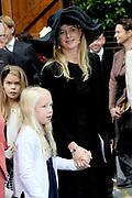 Bruiloft van Viktória Cservenyák met prins Jaime de Bourbon de Parme in de Onze Lieve Vrouwe ten Hemelopnemingkerk, Apeldoorn.<br /> <br /> Wedding of Viktoria Cservenyák with Prince Jaime de Bourbon Parme in Our Lady at Ascension Church, Apeldoorn.<br /> <br /> Op de foto / On the photo: <br /> <br /> <br /> <br />   Prinses Mabel en Luana /  Princess Mabel and Luana