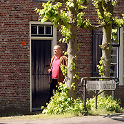 NLD/Blaricum/20050510 - Paul de Leeuw wandelt na de auto na een bezoek aan de boekhandel