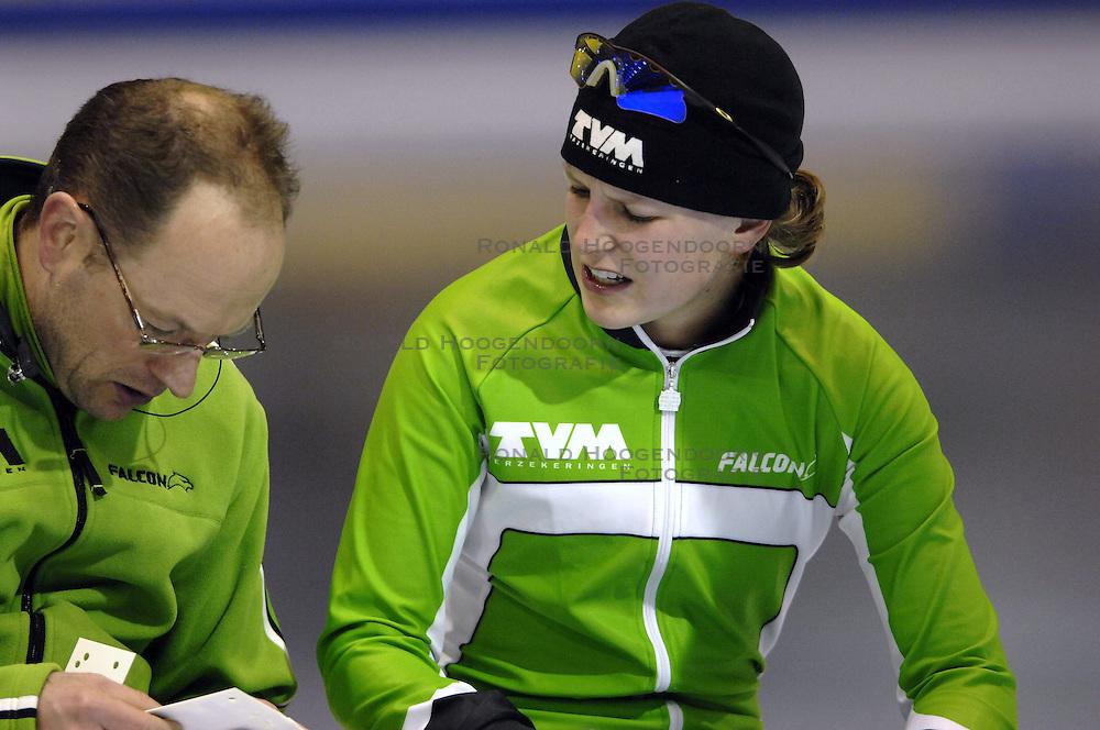 23-12-2006 SCHAATSEN: AEGON NK ALLROUND 2007: HEERENVEEN <br /> Ireen Wust en coach Gerard Kempers<br /> ©2006-WWW.FOTOHOOGENDOORN.NL