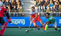 AMSTELVEEN - Bjorn Kellerman (Ned) met Tasawar Abbas (Pak) en links keeper Mazhar Abbas (Pak)     tijdens  de tweede  Olympische kwalificatiewedstrijd hockey mannen ,  Nederland-Pakistan (6-1). Oranje plaatst zich voor de Olympische Spelen 2020..   COPYRIGHT KOEN SUYK