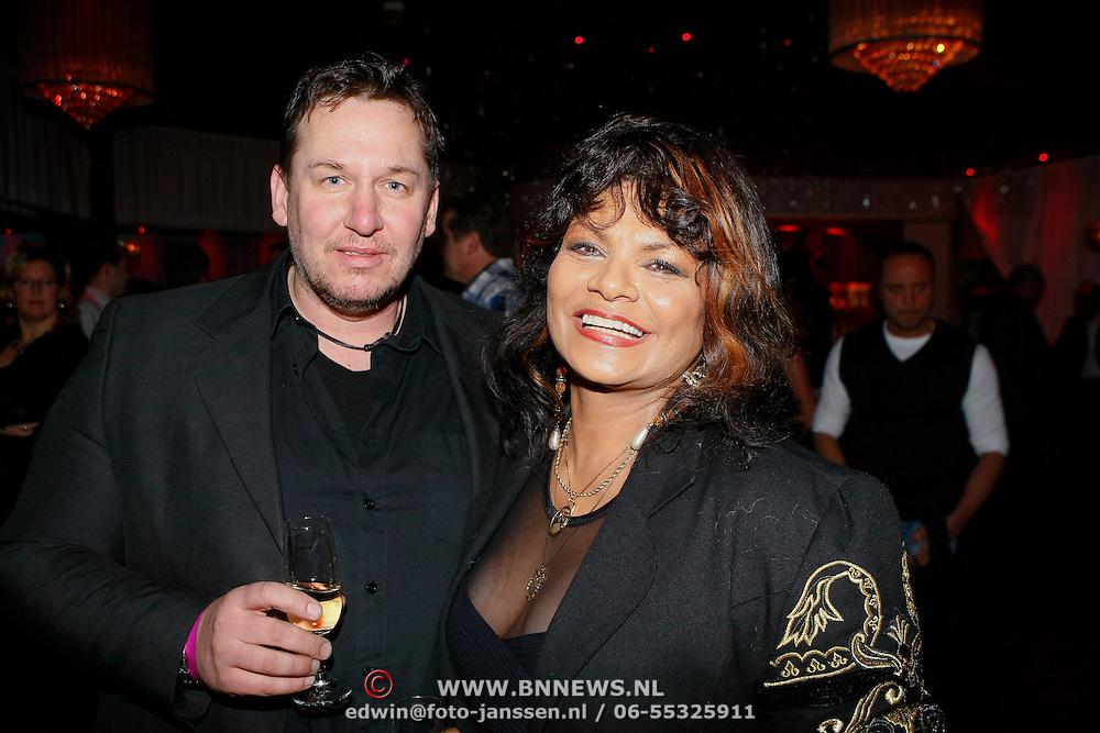 NLD/Uitgeest/20100118 - Uitreiking Geels Populariteits Awards van NH 2009, Donna Lynton met zakenpartner