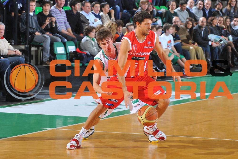DESCRIZIONE : Treviso Lega A 2009-10 Basket Benetton Treviso Banca Tercas Teramo<br /> GIOCATORE : Tommaso Marino<br /> SQUADRA : Banca Tercas Teramo<br /> EVENTO : Campionato Lega A 2009-2010<br /> GARA : Benetton Treviso Banca Tercas Teramo<br /> DATA : 17/01/2010<br /> CATEGORIA : Palleggio<br /> SPORT : Pallacanestro<br /> AUTORE : Agenzia Ciamillo-Castoria/M.Gregolin<br /> Galleria : Lega Basket A 2009-2010 <br /> Fotonotizia : Treviso Campionato Italiano Lega A 2009-2010 Benetton Treviso Banca Tercas Teramo<br /> Predefinita :