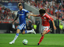 27.03.2012, Estadio da Luz, Lissabon, POR, UEFA CL, Viertelfinal-Hinspiel, Benfica Lissabon (POR) vs FC Chelsea (ENG), im Bild Benfica's Pablo Aimar, from Argentine, right, fights for the ball with Chelsea's Raul Meireles, from Portugal // during the UEFA Champions League Quarter-final first leg Match between Benfica Lissabon (POR) and FC Chelsea (ENG) at Estadio da Luz, Lisbon, Portugal on 2012/03/27. EXPA Pictures © 2012, PhotoCredit: EXPA/ Newspix/ Cityfiles..***** ATTENTION - for AUT, SLO, CRO, SRB, SUI and SWE only *****