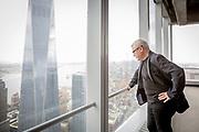 Sjefsarkitekten for gjenoppbyggingen etter 9/11, Daniel Liebeskind, ser utover tomta fra vinduet i WTC 4. SIlverstein Properties holder pressekonferanse om statusen til World Trade Center. æøå
