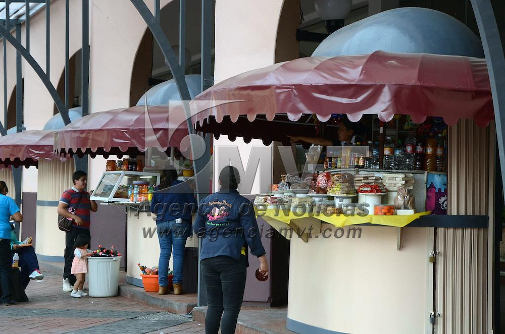 TOLUCA, México.-  Como parte de la remodelación de la Plaza Fray Andrés de Castro, se realizan los trabajos de cambio de lonas de las sombrillas de las vitrinas comerciales de los portales, para una buena imagen. Agencia MVT / José Hernández. (DIGITAL)