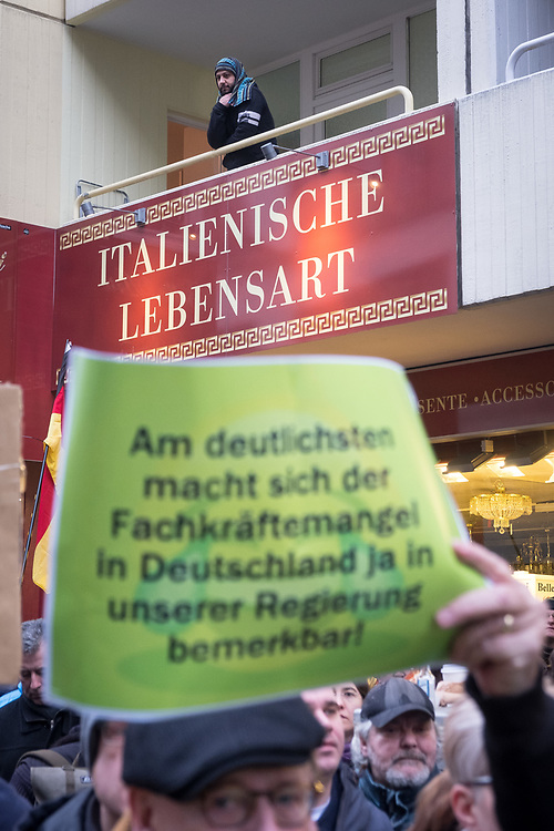 Germany - Deutschland - AFD - Pegida , Marsch der Frauen, Berlin; ca 800 Menschen, Männer und Frauen aus dem Umfeld von AFD; Pegida und Rechtsextremen protestieren gegen Flüchtlinge, Islamisierung und gegen die Unsicherheit von Frauen; Protest gegen Merkel; HIER: Anwohner auf dem Balkon, Italienisches Möbelgeschäft; HERE: rightwing nationalists from AFD, Pegida at a socalled Women March in the centre of Berlin, protest against refugees, Islamisation and Angela Merkel; Berlin, 17.02.2018; © Christian Jungeblodt