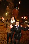 Mannheim. 01.01.18 |<br /> Am Wasserturm. Silvester. Die Menschen feiern den Start in das Jahr 2018.<br /> Mit Raketen und Böller wird der Wasserturm in ein buntes Licht getaucht.<br /> - Fatma und Mumine<br /> Bild-ID 430 | Markus Proßwitz 01JAN18 / masterpress