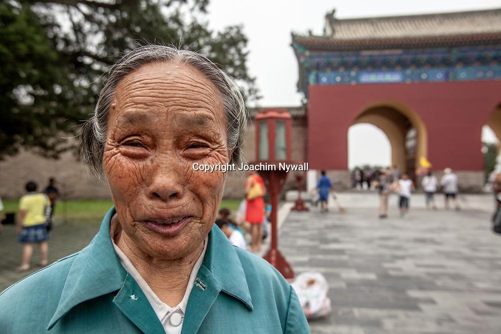 Beijing 2011 08 Peking Kina<br /> Gammal kvinna vid Himmelens tempel<br /> ----<br /> FOTO : JOACHIM NYWALL KOD 0708840825_1<br /> COPYRIGHT JOACHIM NYWALL<br /> <br /> ***BETALBILD***<br /> Redovisas till <br /> NYWALL MEDIA AB<br /> Strandgatan 30<br /> 461 31 Trollh&auml;ttan<br /> Prislista enl BLF , om inget annat avtalas.