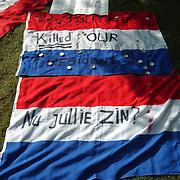 Bloemen en vlaggen moordplek Pim Fortuyn mediapark Hilversum