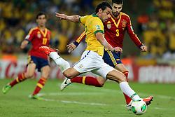 Fred disputa bola com Gerard Piqué na partida entre Brasil e Espanha válida pela final da Copa das Confederações 2013, no estádio Maracanã, no Rio de Janeiro. FOTO: Jefferson Bernardes/Preview.com