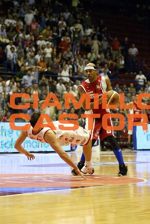 DESCRIZIONE : Milano Lega A1 2006-07 Playoff Quarti di Finale Gara 1 Armani Jeans Milano Whirlpool Varese<br /> GIOCATORE : Holland Gallinari<br /> SQUADRA : Whirlpool Varese Armani Jeans Milano<br /> EVENTO : Campionato Lega A1 2006-2007 Playoff Quarti di Finale Gara 1<br /> GARA : Armani Jeans Milano Whirlpool Varese<br /> DATA : 16/05/2007 <br /> CATEGORIA : Fallo<br /> SPORT : Pallacanestro <br /> AUTORE : Agenzia Ciamillo-Castoria/G.Cottini<br /> Galleria : Lega Basket A1 2006-2007 <br /> Fotonotizia : Milano Campionato Italiano Lega A1 2006-2007 Playoff Quarti di Finale Gara 1 Armani Jeans Milano Whirlpool Varese<br /> Predefinita :