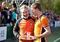 EINDHOVEN - Bloemendaal coach Russell Garcia met Rob Reckers van OZ na de finale play off wedstrijd tussen de mannen van Oranje-Zwart en Bloemendaal. OZ wint de titel. ANP KOEN SUYK