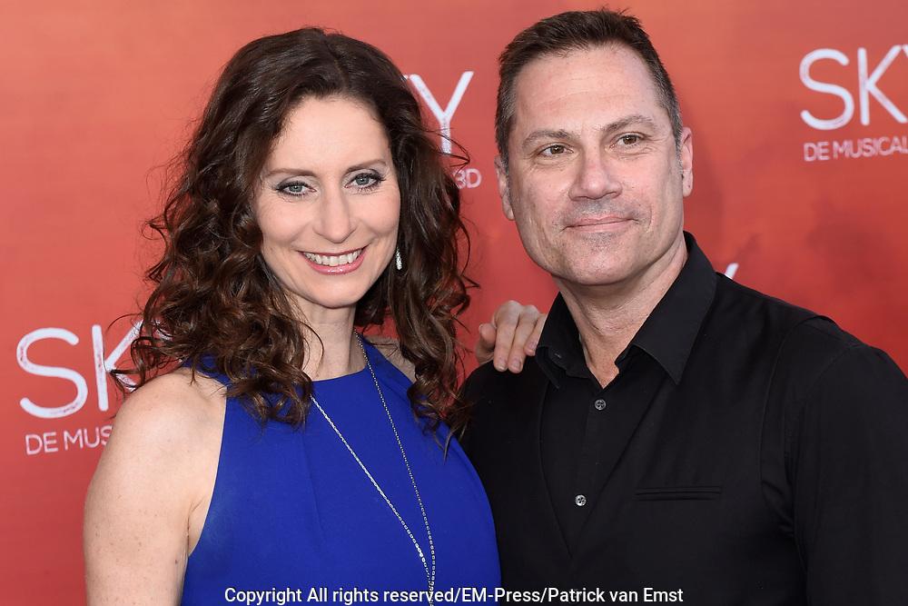 Premiere van de 3D musical Sky in Theater Amsterdam.<br /> <br /> Op de foto:  Pia Douwes met een vriend