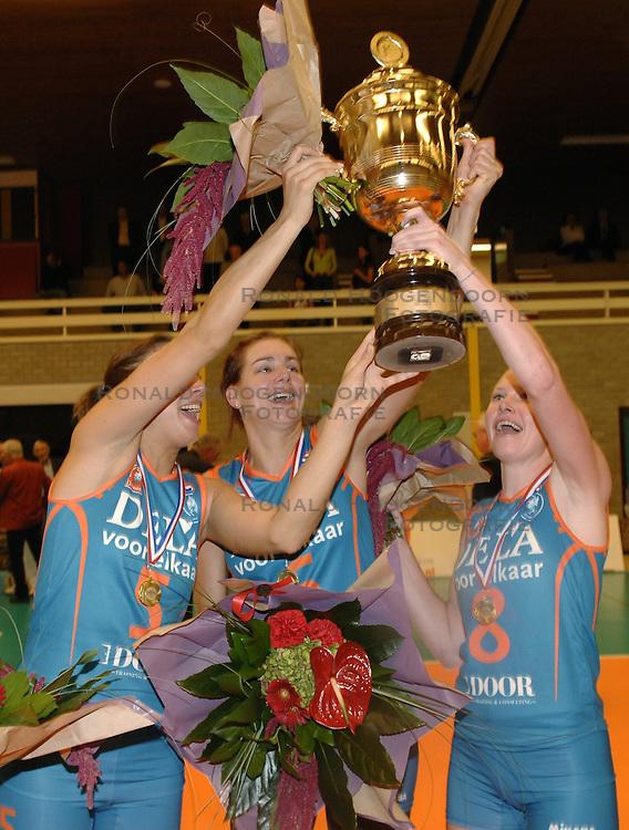 08-10-2006 VOLLEYBAL: SUPERCUP DELA MARTINUS - PLANTINA LONGA: DOETINCHEM<br /> Martinus wint vrij eenvoudig met 3-0 van Longa en pakt de Supercup / Sanna Visser, Caroline Wensink en Alice Blom<br /> &copy;2006: WWW.FOTOHOOGENDOORN.NL