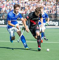 UTRECHT -  Caspar van Dijk (A'dam)   met Bjorn Kellerman (Kampong)   tijdens   de finale van de play-offs om de landtitel tussen de heren van Kampong en Amsterdam (3-1). Kampong kampioen van Nederland. COPYRIGHT  KOEN SUYK