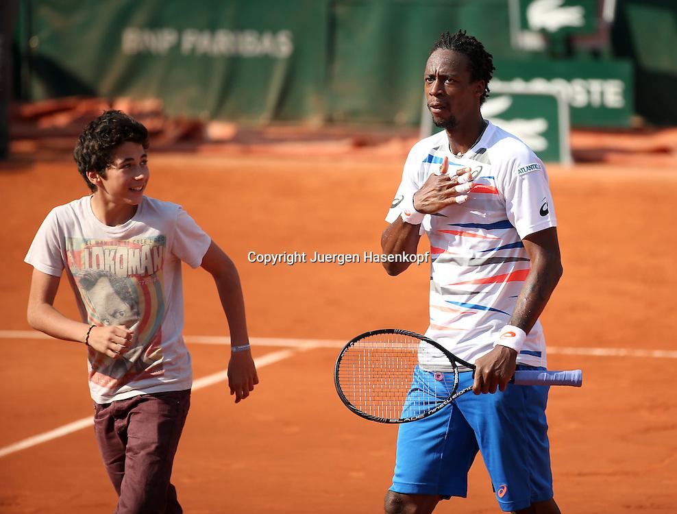 French Open 2014, Roland Garros,Paris,ITF Grand Slam Tennis Tournament,<br /> Gael Monfils (FRA) jubelt nach seinem Sieg,Jubel,Freude,Emotion,Einzellbild,<br /> Halbkoerper,Querformat,junger Fan ist auf denm Platz gelaufen,