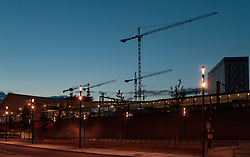 THEMENBILD - Baukräne am Abendhimmel beim Hauptbahnhof Wien, aufgenommen am 03. Juli 2017, Wien, Österreich // Construction cranes in the evening sky at the central station, Vienna, Austria on 2017/07/03. EXPA Pictures © 2017, PhotoCredit: EXPA/ JFK