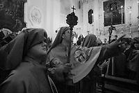 Reportage sulla processione del venerdi santo a Gallipoli...un confratello indica agli altri la via de seguire per uscire dalla chiesa e dare inizio alla processione