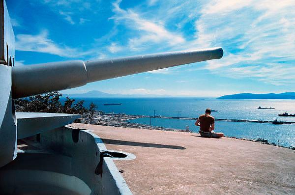 Spanje, Gibraltar, 8-6-2006Een van de kanonnen van de verdedigingswerken van Gibraltar. De rots is een historisch en strategisch punt. Geschiedenis, koude oorlog. Deze loop is gericht op Algeciras in Spanje.Britse kroonkolonie. Spanje wil de rots terug.Foto: Flip Franssen
